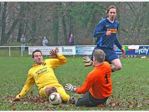 Die Kicker des SV Natendorf, hier Stephan Brinkmann (links), glänzten in bisher 14 Punktspielen mit nur sechs gelben Karten – der Lohn ist das Ticket zum 4. AZ-Presse-Cup.