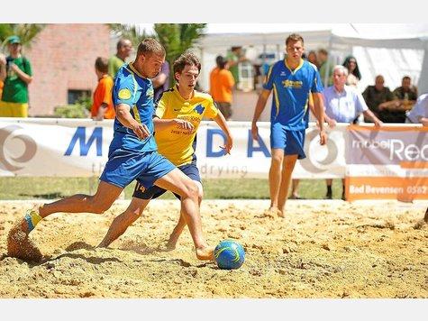 Zum dritten Mal wird es beim AZ Beach Soccer Cup im Natendorfer Sand rund gehen.