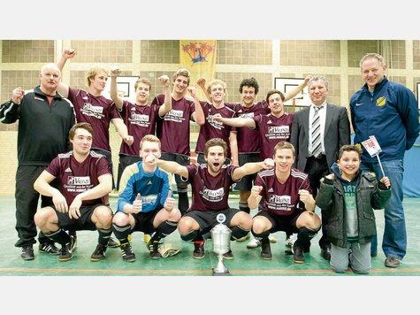 Am Ende hat sich doch noch die Routine durchgesetzt. Die Herren des VfL Suderburg gewannen den Friede-Cup nach einem 6:2-Endspiel-Erfolg gegen die eigene U18-Mannschaft und ließen sich feiern. Fotos: Ph. Schulze