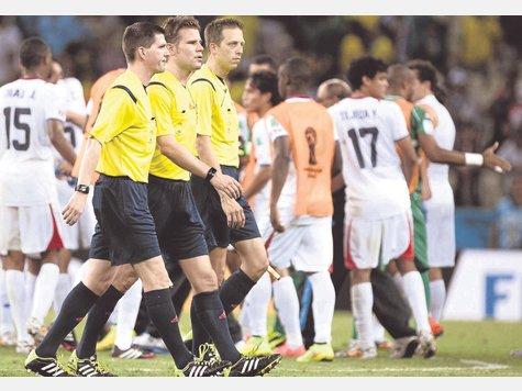 Gute WM-Premiere: Felix Brych, Mark Borsch und Stefan Lupp vor dem Anpfiff in Fortaleza. Foto:dpa