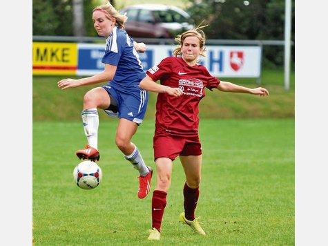 Im Sprung dem Ball entgegen: Jasmin Papenburg (links) rauscht heran und stibitzt einer Göttinger Gegenspielerin den Ball. Foto: Marud