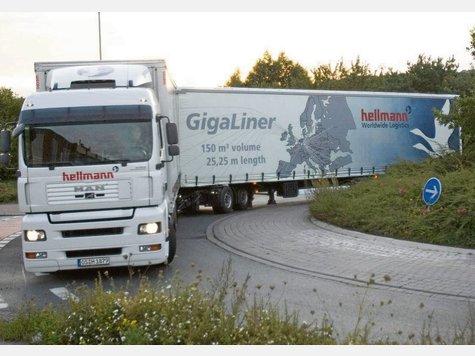 Sogenannte Gigaliner, also Riesen-Lkws, wie diese werden von vielen noch kritisch be�ugt Foto: dpa