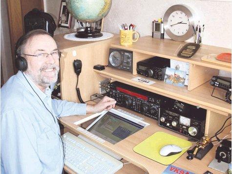"""Der Amateur-Funker an seinen japanischen und amerikanischen Geräten. """"Tangermünde"""" im Morse-Alphabet ist – langsam gefunkt – ein sechssekündiger eingängiger Rhythmus. Im schnellen Gebrauch der Erfahrenen ein zweisekündiges ratterndes Piepen."""