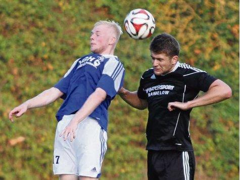 Sowohl Barum (links Julian Wulf) als auch Emmendorf (Marco Stoffregen) wollen im Derby hoch hinaus.