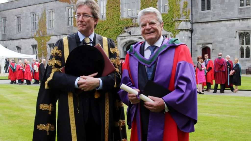 Bundespräsident Joachim Gauck bekommt an der National University of Ireland (NUI) in Galway in Irland die Ehrendokterwürde verliehen. Links der Direktor der NUI, James J. Browne. Foto: Wolfgang Kumm