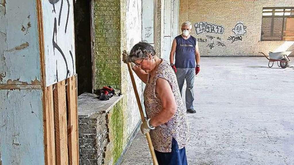 """Ein Kampf gegen Staub und Schmutz: 82-Jährige schiebt """"sagenhaft ..."""