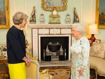 May (l.) vor der Queen.
