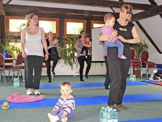 Während die Mamas Fitnessübungen machen, können die Babys beim Muddi-Sport auf Mamas Arm mitmachen oder krabbeln und spielen.