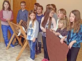 Die Mädchen und Jungen aus der Kinderkirche führten zum Jubiläum ein kleines Schauspiel auf. Fotos (2): W. Weber
