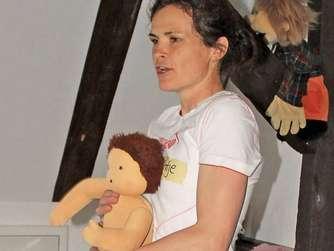 Antje Kampe machte die Übungen mit einer Puppe vor.