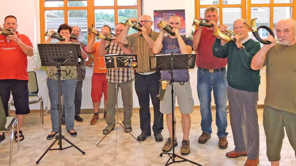Jeden Mittwoch wird in der evangelischen Familienbildungsstätte (EFA) in Klötze geprobt. Derzeit bereiten sich die Klötzer Jagdhornbläser intensiv auf das Jubiläum am 10. September vor, bei dem auch Ehemalige in der Gruppe mitspielen werden.